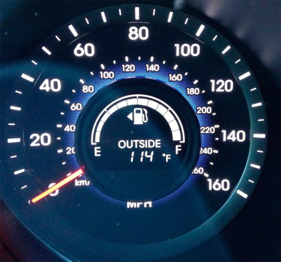 Triângulo-ao-lado-do-ícone-de-combustível-no-painel-do-carro