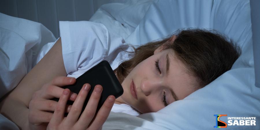 Você usa o celular antes de dormir? Veja isso: