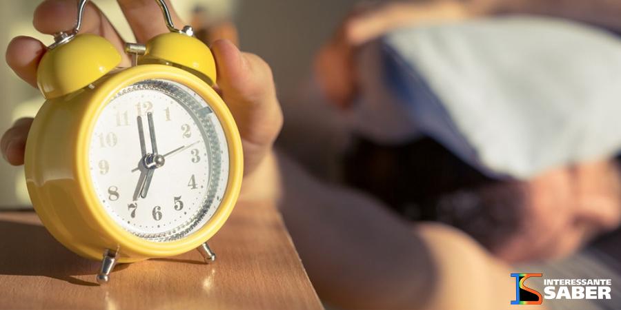Dormir e acordar tarde é um hábito das pessoas mais inteligentes, diz pesquisa