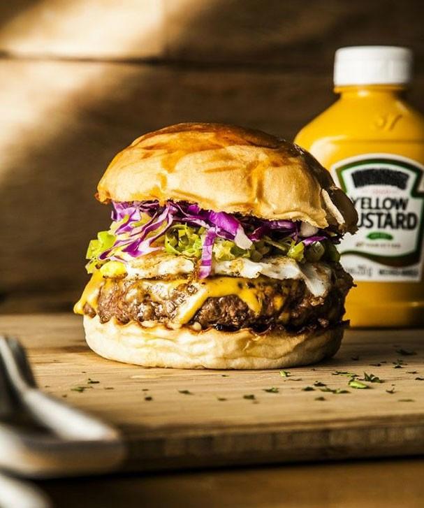 Gosta de hambúrger? Aprenda a versão do lanche com carne de porco e queijo cobocó