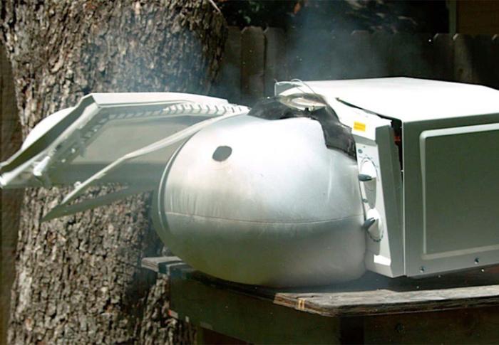 Ideia maluca: cozinhar um airbag transforma a porta de um micro-ondas em um míssil