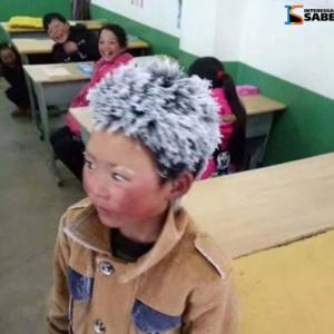 Conheça a emocionante história do menino que chega congelado à escola
