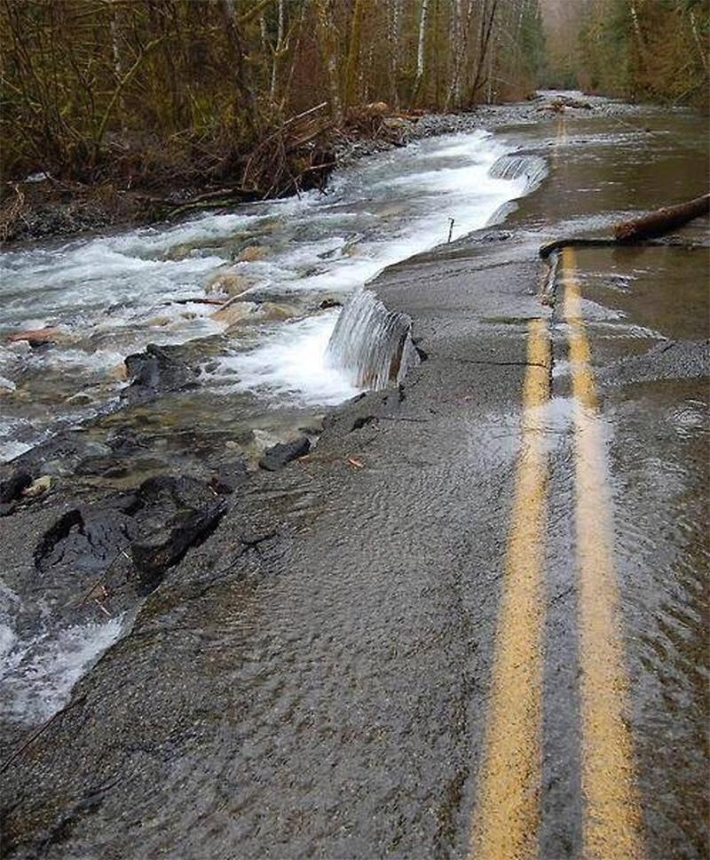 A estrada abandonada que se tornou parte de um rio