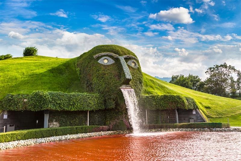 Fonte em formato de cabeça decorada com cristais Swarovski, na Áustria