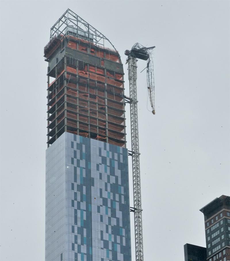 """O furacão """"Sandy"""" foi responsável por quebrar um guindaste em uma construção de NY"""