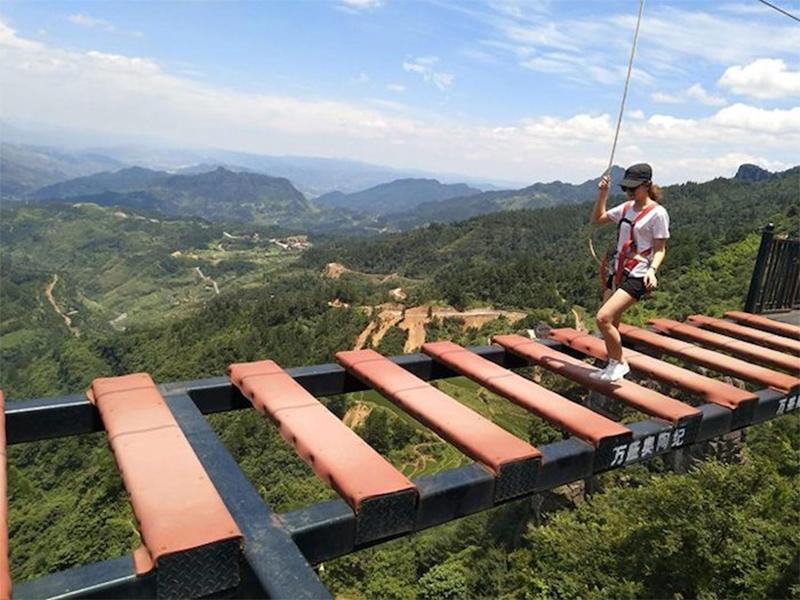 Ponte suspensa a mais de 150 metros de altura, na China
