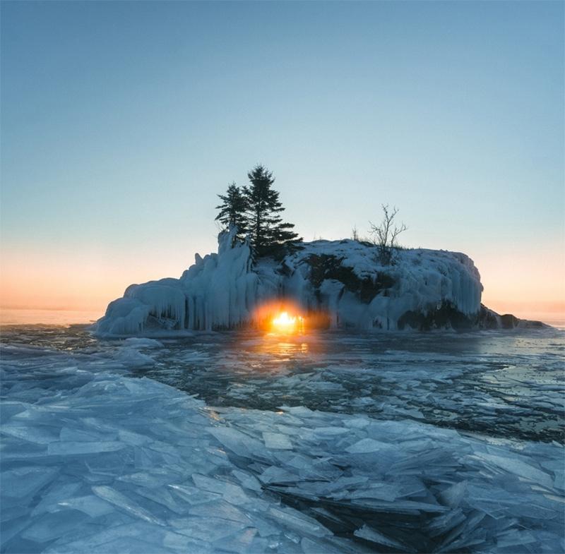 Somente uma vez por ano o sol se encaixa perfeitamente à este buraco, em Hollow Rock