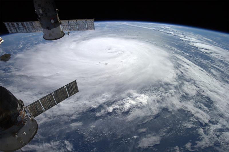 Uma estação espacial vendo o furacão Gonzalo