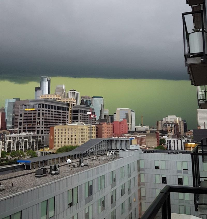 Uma tempestade mudou a cor do céu nessa cidade
