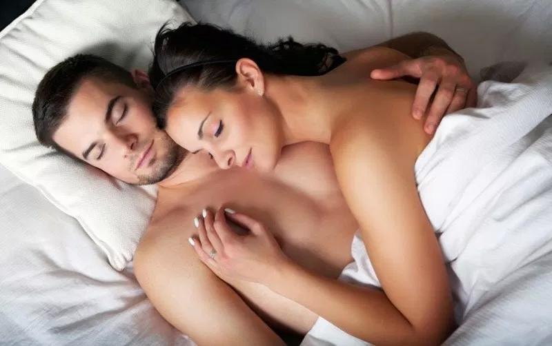 4 benefícios incríveis de se dormir nu