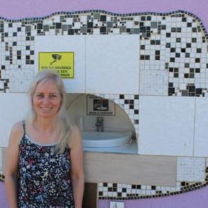 Conheça a mulher que construiu um bebedouro no muro de casa para pessoas com sede