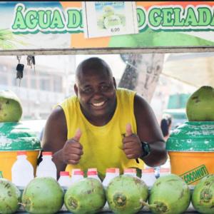 Conheça o desempregado que comprou um apartamento e uma kombi vendendo coco