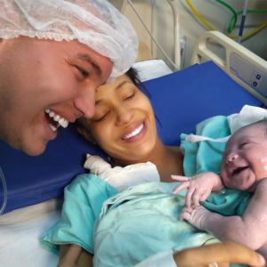 Filha sorri para o pai logo após o nascimento e viraliza