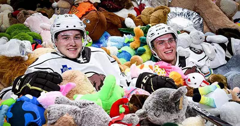 Jogadores comemoram no meio dos ursinhos.