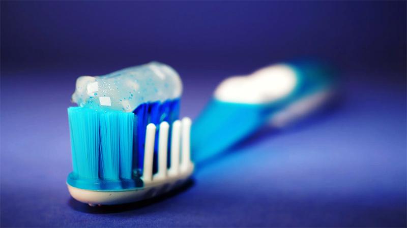 escova e pasta de dentes