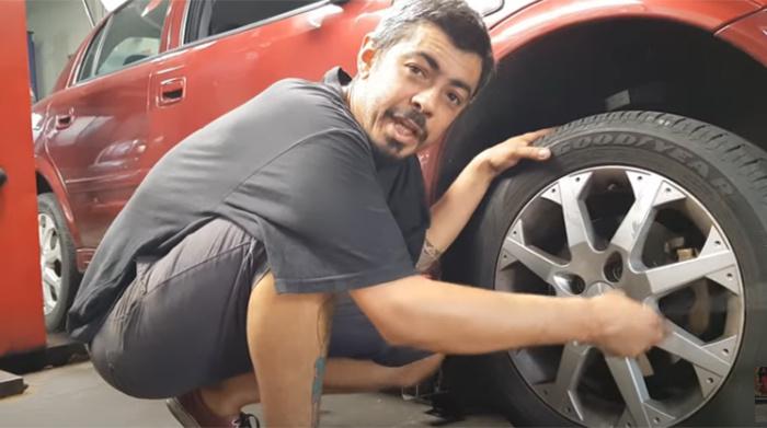 Aprenda a trocar o pneu do seu carro e não passe apuros desnecessários