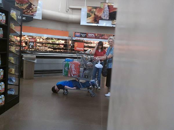 criança cansada no carrinho do supermercado