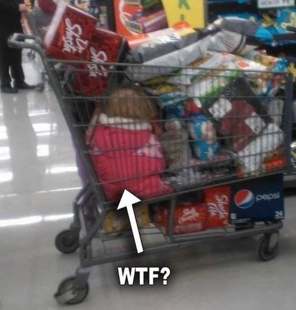 criança esquecida num carrinho de supermercado