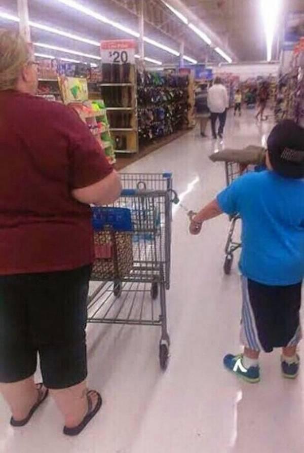 criança presa com algema ao carrinho de supermercado