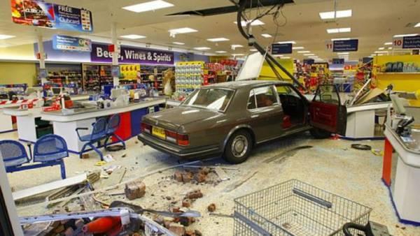 motorista perdeu o controle do carro e entrou no supermercado