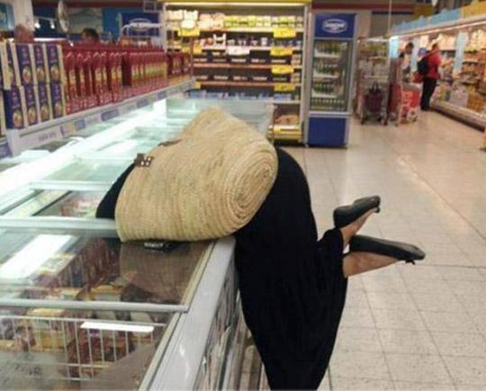 pegando alimento na parte fria do supermercado