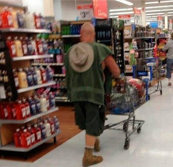 vestindo tolha de banho no supermercado